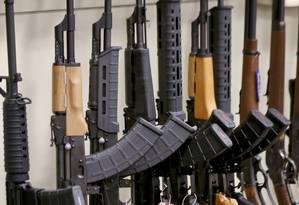 Estante de armas em uma loja nos EUA: pressão por mudanças na política também do setor privado Foto: AP/Keith Srakocic