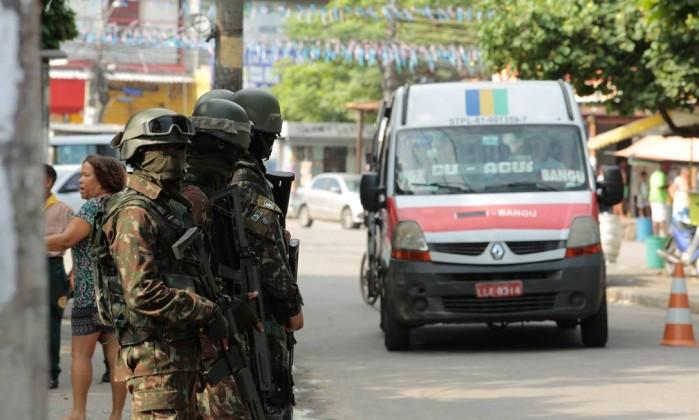 Forças Armadas fazem operação em Vila Kennedy