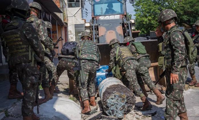 Criminosos recolocam as barricadas em comunidade — RJ