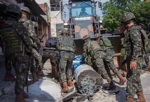 Soldados removem barreira na Vila Kennedy Foto: Antonio Marcos/Parceiro/Agência O Globo / Agência O Globo