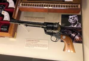 O presidente John Kennedy ganhou um Colt com suas iniciais e estrelas: ele acabaria assassinado a tiros em 1963 Foto: Henrique Gomes Batista