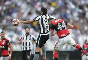 Rhodolfo cabeceia para marcar o gol da vitória do Flamengo sobre o Botafogo Foto: Márcio Alves / Agência O Globo