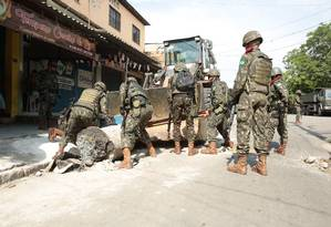 Militares retiram barricada na Vila Kennedy 03/03/2018 Foto: Brenno Carvalho / Agência O Globo