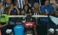 Torcedora do Botafogo faz gesto obceno e xinga Vinícius Júnior