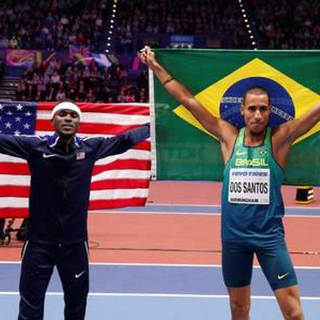 Almir Cunha, prata para o Brasil, posa com o americano Will Claye, ouro no salto triplo Foto: Reuters