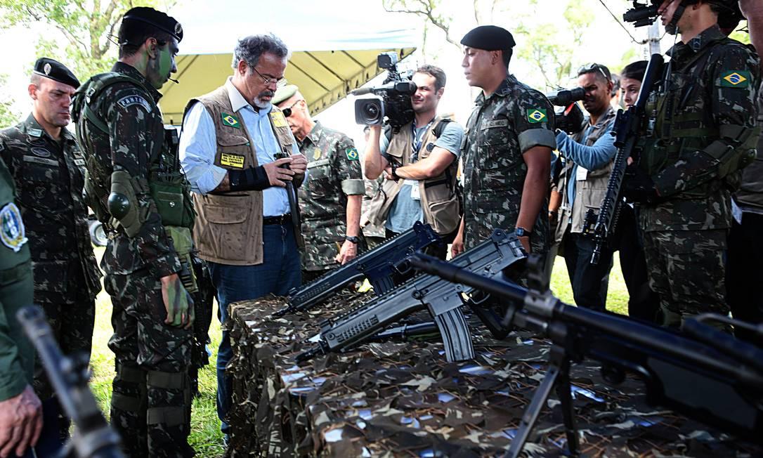 Raul Jungmann visita o Sistema Integrado de Monitoramento de Fronteiras, em Dourados, Mato Grosso do Sul, fronteira com Paraguai Foto: Jorge William / Agência O Globo