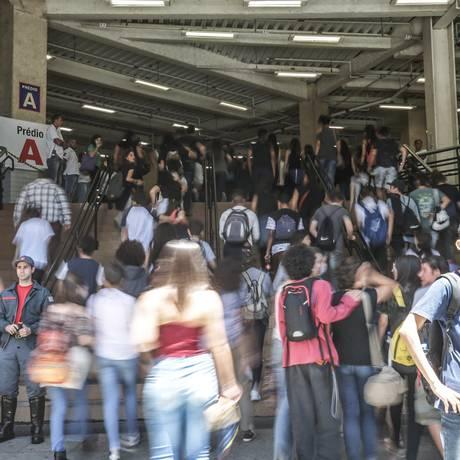 Abertura dos portões para a prova do Enem, em São Paulo. Prova é critério para inscrição no Fies Foto: Paulo Pinto / Agência O Globo