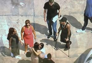 Neymar chega de muleta ao aeroporto para pegar o avião, acompanhado da mãe, da namorada, Bruna Marquezine (de branco), e amigos Foto: Reprodução/Sportv