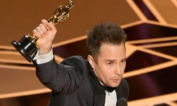 x75465526 HOLLYWOOD CAMARCH 04 Actor Sam Rockwell accepts Best Suppoorting Actor for 27Three Billbo.jpg.pagespeed.ic.RrueN nOuC A Forma da Água leva Oscar de melhor filme; veja os ganhadores