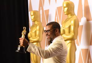 Jordan Peele ganhou o Oscar de roteiro original por 'Corra' Foto: ROBYN BECK / AFP