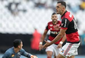 Rhodolfo marcou gol irregular no clássico Foto: Marcio Alves / Agência O Globo