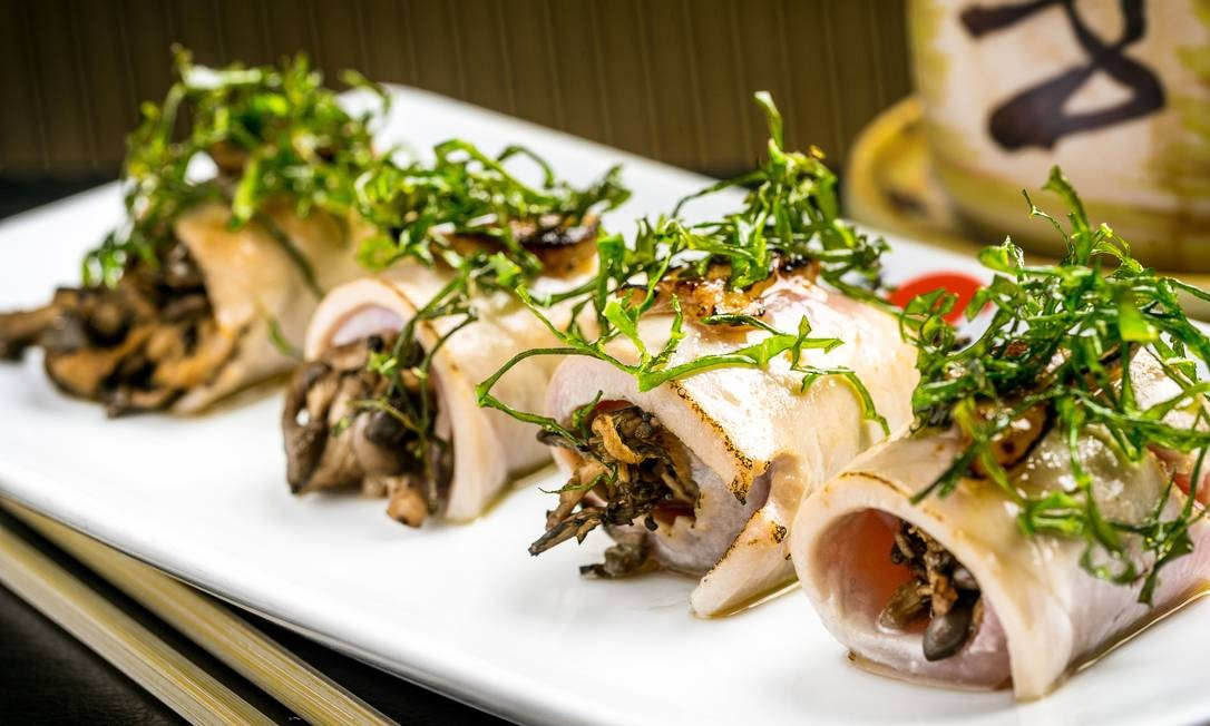 Origami. O Foie Gras Tuna vem enrolado no atum massaricado com shimeji, foie gras, couve crisps e flor de sal (R$ 23,90, 4 peças). Rua Rita Ludolf 87, loja A, Leblon (2540-6211). Rua Marques de São Vicente 52, loja 144, Shopping da Gávea (2274-4094). FILICO / Divulgação/Filico