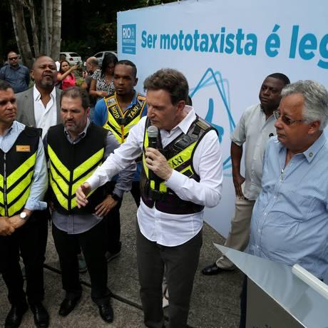 Marcelo Crivella diz que regulamentação dá dignidade Foto: Pedro Teixeira / Agência O Globo