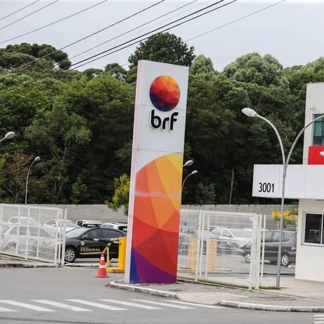 Policias federais realizam busca e apreensão na sede da BRF em Curitiba. Foto: Geraldo Bubniak / AGB / Agência O Globo / Agência O Globo