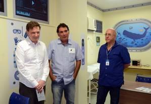 Crivella, o secretário Marco Antonio de Mattos e o chefe do serviço de anestesia, Pedro Paulo Vanzilota durante a inauguração da clínica Foto: Divulgação / Prefeitura do Rio