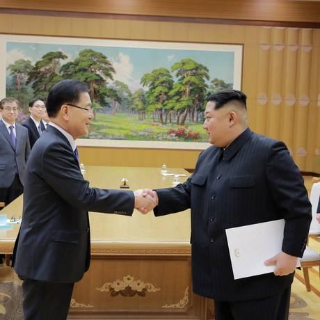 Observado no canto pela irmã, Kim Yo-jong, Kim Jong-un cumprimenta membros da delegação sul-coreana Foto: KCNA / REUTERS