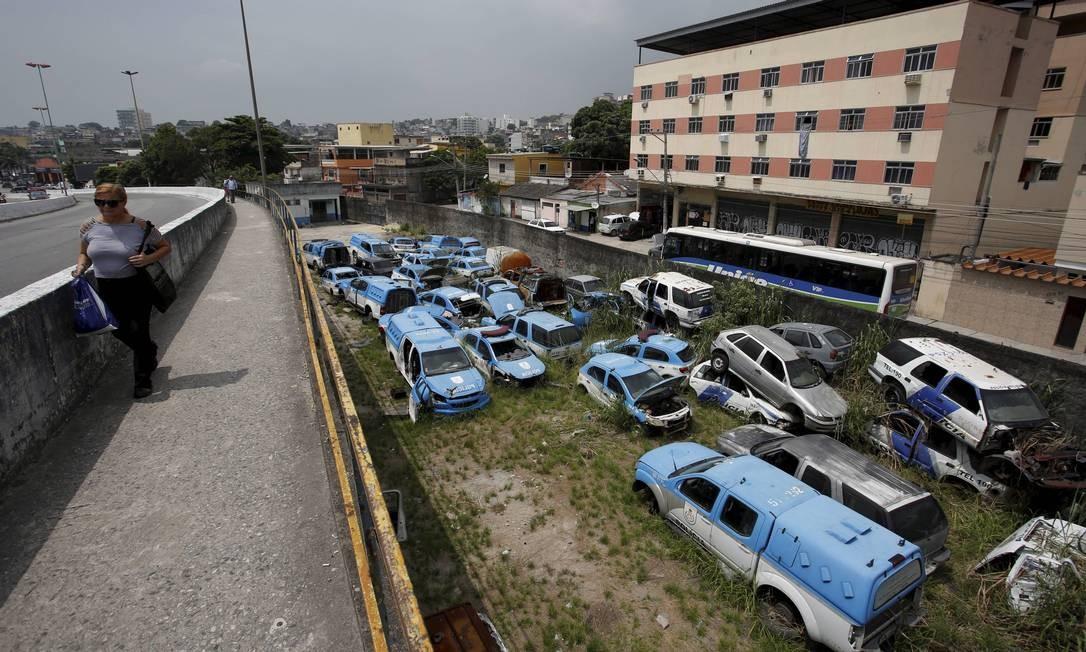 Debaixo de um viaduto em Duque de Caxias, viaturas da PM apodrecem Foto: Agência O Globo