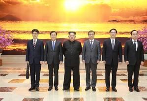 Kim Jong-un, terceiro a partir da esquerda, posa com delegação da Coreia do Sul Foto: HANDOUT / AFP
