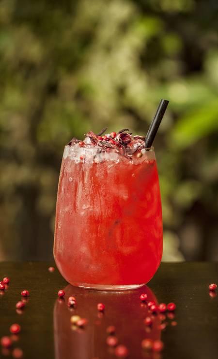 """Pobre Juan. #las ganham um drinque sem álcool de cortesia. São três opções, um deles é o Juan Rouge (inspirado no famoso """"Moulin Rouge"""", leva flor de hibisco, gengibre, manjericão, tangerina e gotas de tabasco). Village Mall: Av. das Américas 3.900, 3º andar, Barra (3252-2637). Foto: Julia Rodrigues / Divulgação/Julia Rodrigues"""