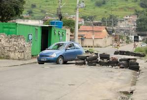 Uma das barricadas instaladas por traficantes na Vila Kennedy Foto: Brenno Carvalho / Agência O Globo