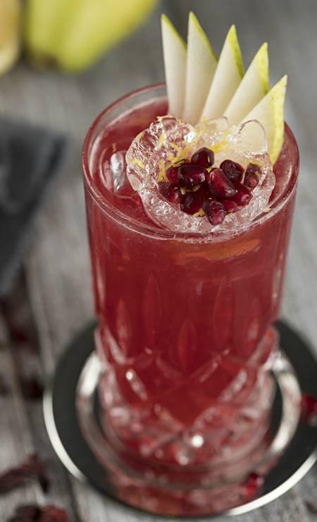 Oia. A sugestão é o Lady Lucy: vodca de pêra, suco de romã, shrub de hibisco e espumante. R. Barão da Torre 340, Ipanema (3201-6529) Foto: Rodrigo Azevedo / Divulgação