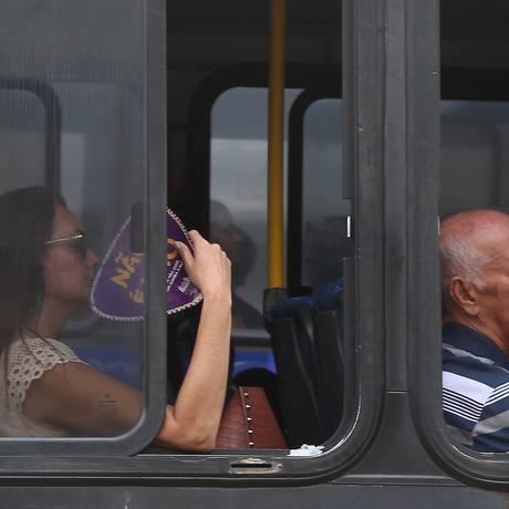 Passageira recorre ao abanador para driblar o calor Foto: Fabiano Rocha / Agência O Globo
