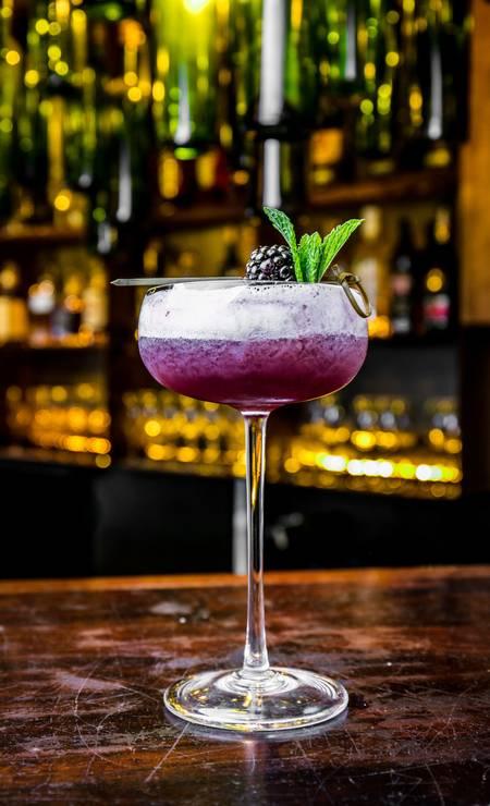 Stuzzi. A sugestão é o Peccato Rosso (R$ 31): vodca com coulis de frutas vermelhas, sour mix e espuma de gengibre. Rua Aires Saldanha 13, Copacabana (3796-9113) Foto: TomasRangel / Divulgação