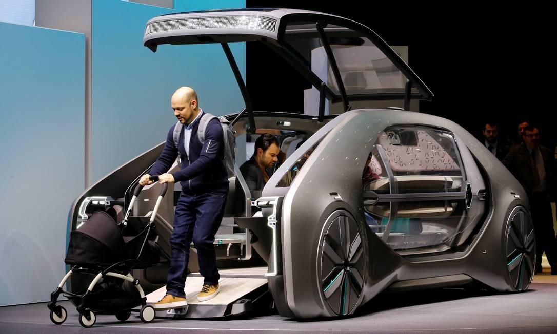 """RENAULT EZ-GO: É um carro autônomo nível 4 com velocidade máxima de apenas 50km/h. O destaque é sua carroceria envidraçada, com lugar para seis passageiros: toda a frente do carro se abre e há uma rampa para permitir fácil acesso de carrinhos de bebê, cadeirantes e pessoas com qualquer tipo de dificuldade de locomoção. Tem uma infinidade de sensores, câmeras e um radar. Toda esta tecnologia, permitiria ao EZ-GO """"dirigir sozinho"""" no tráfego, além de encontrar uma posição segura em caso de pane. É uma interessante proposta de carro de uso compartilhado - segundo a Renault, um modelo semelhante ao EZ-GO chegará ao mercado já em 2022. DENIS BALIBOUSE / REUTERS"""