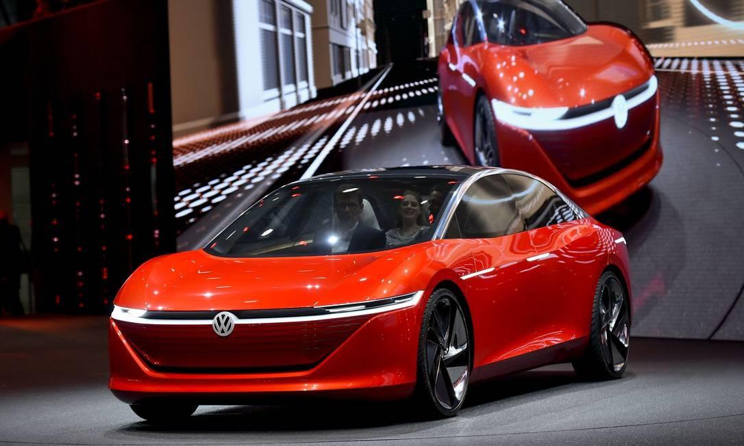 VW I.D. VIZZION: Mostrado como protótipo, o I.D. Vizzion tem início da produção em série confirmado para 2020 e 2022. Autônomo nível 5, o carro-conceito mostrado em Genebra não tem sequer volante ou pedais: diga o destino que o computador te leva até lá, sem qualquer outra intervenção humana. É bem maior do que o hatch I.D. mostrado em 2016. Seus dois motores elétricos, um em cada eixo, somam 225kW (306cv) - a Volkswagen só não explica para que serve tanta potência, já que não haverá a emoção de dirigir. FABRICE COFFRINI / AFP