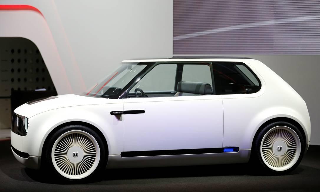 HONDA URBAN EV: Lembra do simpático URBAN EV, mostrado no Salão de Frankfurt do ano passado? Agora é oficial: o carrinho elétrico com jeito retrô, inspirado nos Civic de primeira geração (1972-1979) entrará em produção no fim de 2019 e já poderá ser encomendado pelos europeus em janeiro do ano que vem. com o tamanho aproximado de um Fiat 147, o modelo será uma opção de carro elétrico mais barato do que a média. PIERRE ALBOUY / REUTERS