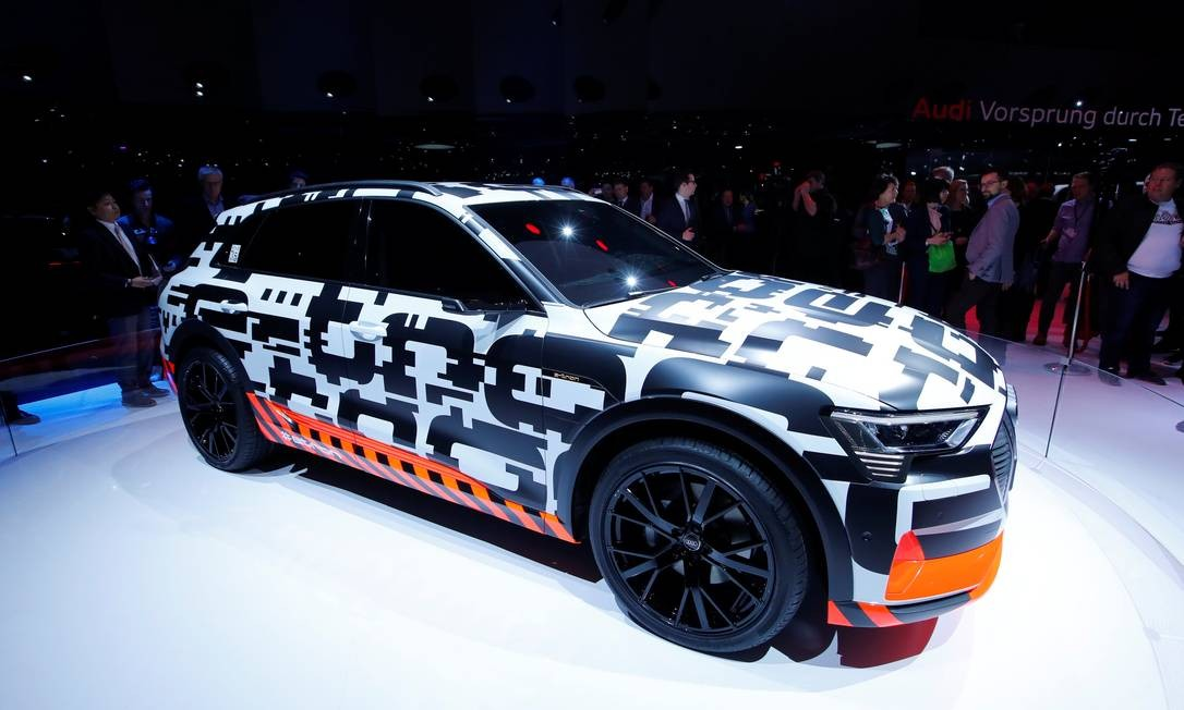AUDI E-TRON: As ruas de Genebra estão cheias de protótipos E-Tron, todos com camuflagem em preto, branco e laranja. São 250 exemplares do que será o primeiro modelo 100% elétrico da Audi. Com o tamanho aproximado do Q5, tração integral e automomia de 500 quilômetros, os carros têm três motores, com potência total de 320kW (o equivalente a 435cv). As vendas na Europa começarão no meio deste ano. DENIS BALIBOUSE / REUTERS