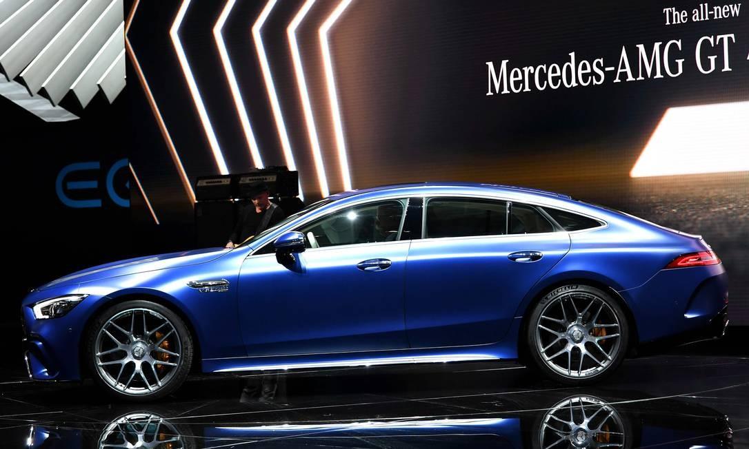 MERCEDES-AMG GT CUPÊ 4 PORTAS: Imagine transformar o superesportivo Mercedes-AMG GT em um carro capaz de levar a família com conforto e... rapidez. Com o estilo cupê de quatro portas, o carro é enorme e curvilíneo. Terá três configurações mecânicas: duas com motor V8 4.0 biturbo (de 585cv ou 639cv), e uma híbrida, com o seis-em-linha 3.0 turbo de 435cv auxiliado por um motor elétrico. Com pacotes que incluem pintura fosca e acabamento de fibra de carbono, o monstro consegue acelerar de 0 a 100km/h em menos de 3,5 segundos, na sua versão mais brada. O Porsche Panamera que se cuide. HAROLD CUNNINGHAM / AFP