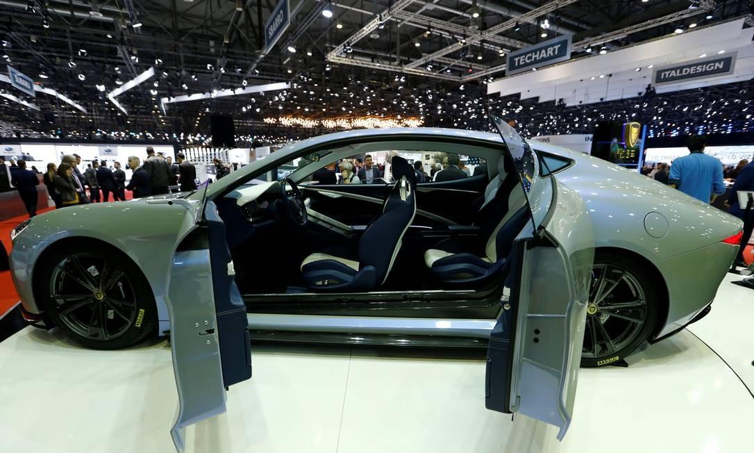 LVCHI AUTO VENERE: Os chineses mostram um supercarro com quatro motores elétricos - um para cada roda - e potência combinada de 1.000cv. Enorme (5,12m de comprimento) e pesado (2.100kg), esse modelo de quatro portas bem aerodinâmico é capaz de acelerar de 0 a 100km/h em 3 segundos e atingir 250km/h. Com estrutura de alumínio e pele de fibra de carbono, o modelo fabricado em Shangai ainda não tem data de lançamento, preço e nem se sabe onde será vendido. DENIS BALIBOUSE / REUTERS