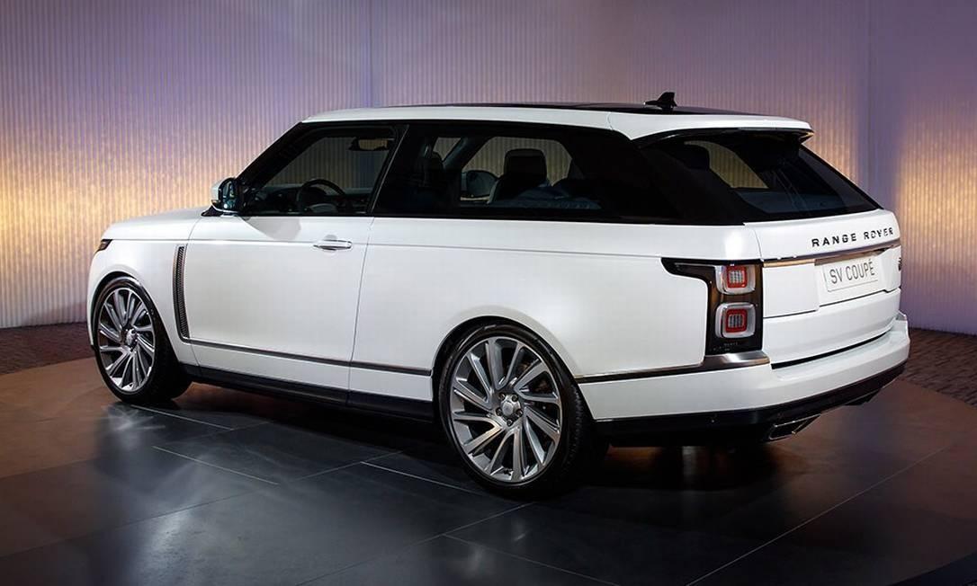 """RANGE ROVER SV COUPÉ: A Land Rover anuncia uma versão duas portas do seu maior utilitário, o Range Rover Vogue. Com produção limitada a 999 unidades, cada uma custando € 362 mil (R$ 1,4 milhão), essa configuração parece não fazer sentindo em um mundo de utilitários de quatro portas. Acontece que o SV é uma homenagem à história da Range Rover, que completa 50 anos de produção em 2020 - entre 1970 e 1981, todos os """"Range"""" saíam com apenas duas portas. O carro mostrado em Genebra tem um V8 Supercharger a gasolina, de 565cv. Apenas duas unidades chegarão no Brasil, mas o preço ainda não foi revelado. Divulgação"""