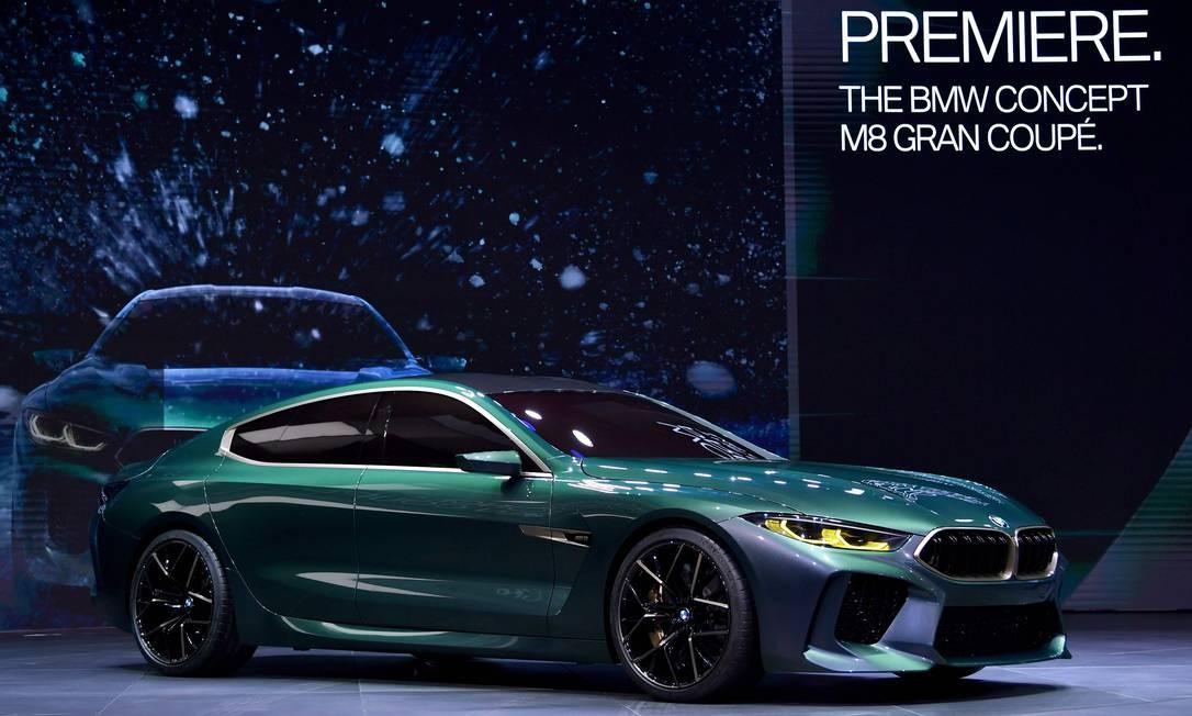 """BMW M8 GRAN COUPE CONCEPT: Desde 1999 não há um BMW Série 8 em produção. Isso mudará em breve. No ano passado, a marca da Baviera mostrou o conceito de um novo Série 8 GT. Agora, chegou a vez de uma """"versão cupê de quatro portas"""" que parece pronta para a produção em série (que deve ter início no ano que vem). Esguio e comprido, o carro tem estilo mais esportivo que o do Série 7. O mais provável é que a versão de linha tenha um V8 turbo com potência em torno de 600cv. HAROLD CUNNINGHAM / AFP"""