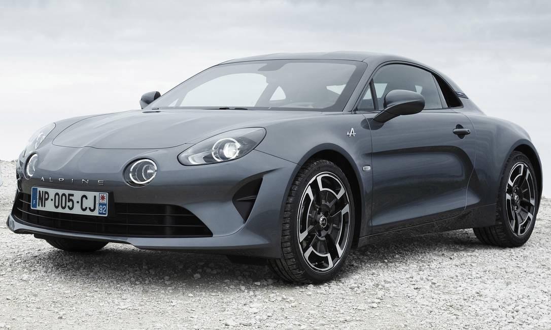ALPINE A110: Um dos carros mais anunciados de todos os tempos, o novo Alpine A110 começou a ser vendido antecipadamente mas ainda não chegou às lojas da Europa. Em Genebra, a novidade é que o esportivo da Renault terá dois niveis de acabamento, e também a opção de ser pintado de cinza (além de branco e do azul metálico da série Première Édition). E agora há um belo jogo de rodas de desenho retrô. Todos os novos Alpine trazem um motor 1.8 turbo com injeção direta e 252cv, instalado na trasversal, logo atrás dos bancos do motorista e do carona. Como nos tempos do Willys Interlagos, essa berlineta moderna tem apenas dois lugares. Divulgação