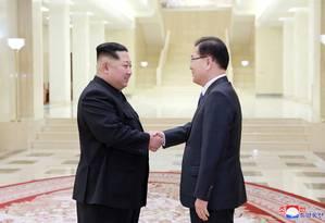 Kim Jong-un cumprimenta chefe da delegação sul-coreana que foi ao Norte, Chung Eui-yong Foto: STR / AFP