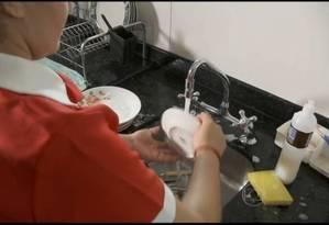 Trabalhos domésticos, como lavar louça, ainda são feitos majoritariamente por mulheres Foto: Divulgação