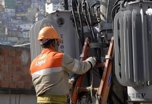 Funcionário da Light trabalha na Favela da Rocinha: empresa diz ter 824 mil clientes morando em áreas dominadas por grupos criminosos Foto: Marcelo Franco / 15-06-2007 /Marcelo Franco