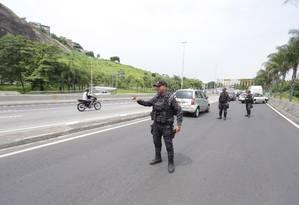 Policiamento na Linha Amarela depois que via expressa teve um trecho interditado após tiroteio na Cidade de Deus na manhã desta quarta-feira Foto: Marcio Alves / Agência O Globo