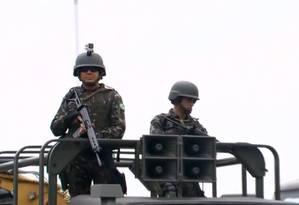 Câmera nos capacetes dos soldados na Vila Kennedy Foto: Reprodução TV Globo