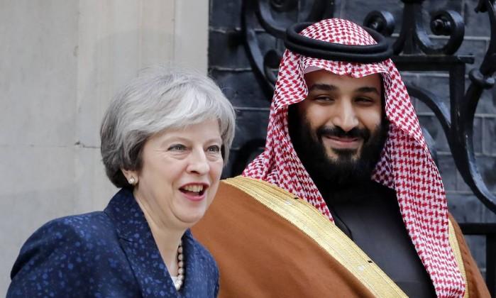 May fala a repórteres observada pelo príncipe Mohammed bin Salman- TOLGA AKMEN  AFP