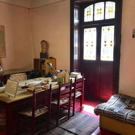No estúdio. A mesa em que Trotsky estava sentado, ao ser golpeado