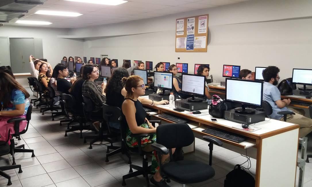 Imagem dos participantes da maratona de edição da Wikipedia promovida dentro da iniciativa WikiGap na última segunda na Faculdade Cásper Líbero, em São Paulo Foto: / Wikicommons/João Alexandre Peschanski