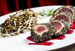 O Rei do Oceano (R$ 60) é um atum grelhado em crosta de gergelim servido com arroz selvagem, vagem francesa, brotos de feijão, tomates concassés e molho de beterraba Foto: Filico / Divulgação