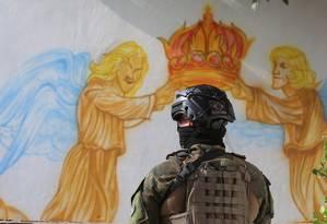 Militares voltaram a retirar barricadas na comunidade Foto: Fabiano Rocha / Agência O Globo