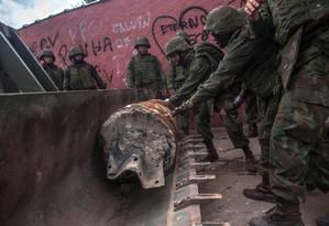 Os militares retiram uma das barricadas da Vila Kennedy Foto: MAURO PIMENTEL / AFP