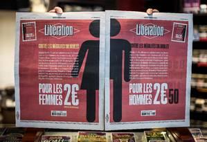 Uma foto tirada em 8 de março de 2018 em Paris mostra as duas primeiras páginas do jornal francês Libération Foto: STEPHANE DE SAKUTIN / AFP