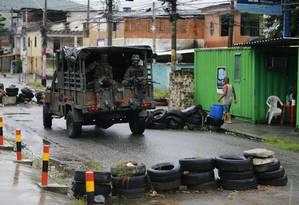 Os militares da Vila Kennedy, nesta quinta-feira Foto: Pablo Jacob / Agência O Globo