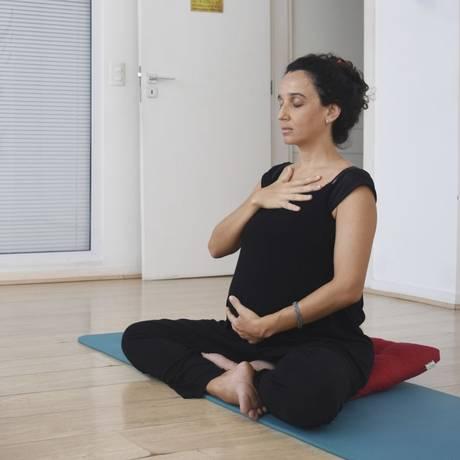 Grávida de 30 semanas, Lívia Lage (à direita) faz aula experimental de ioga com Julieta: prática é fresta para cuidar de si mesma Foto: Divulgação/Olga García Bermudez